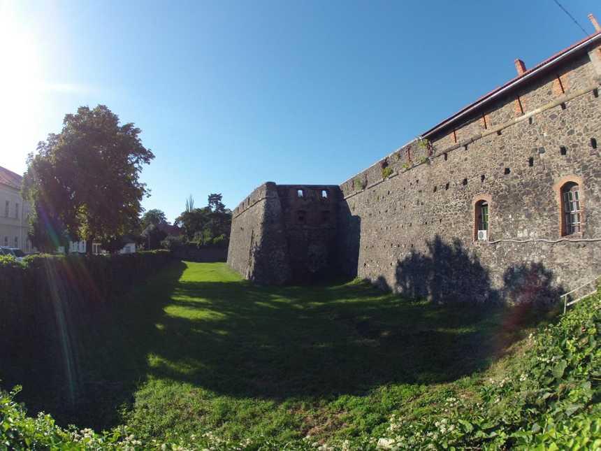коло мурів Ужгородського замку